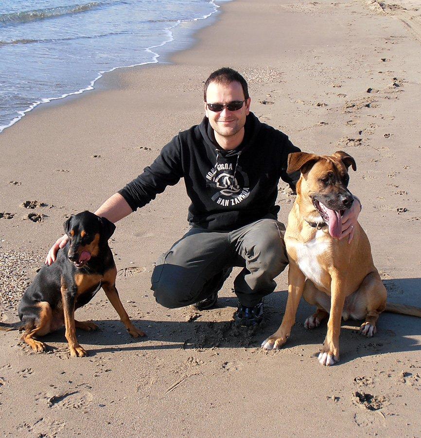 En la playa con mis dos perros Yako y Beltxa