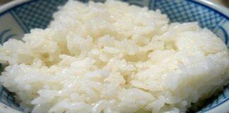 arroz blanco cocido en un plato