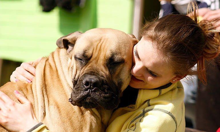 mujer-abrazando-a-su-perro
