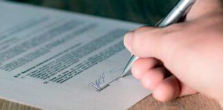 firma-de-contrato-de-adopción