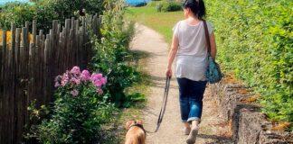 mujer-paseando-con-su-perro